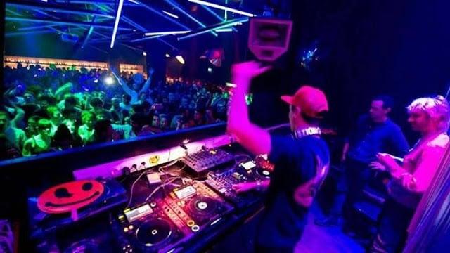 DJ animando a balada Lux Frágil em Lisboa