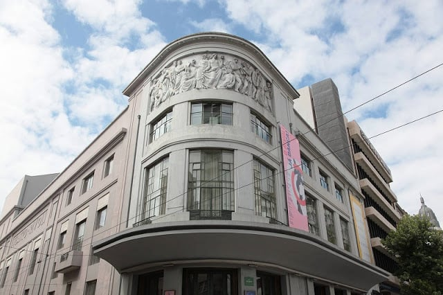 Detalhes da fachada do Teatro Rivoli no Porto