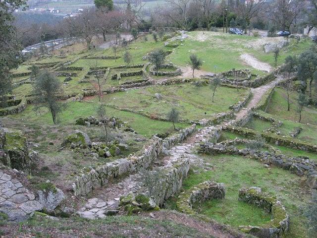 Construções do sítio arqueológico de Guimarães