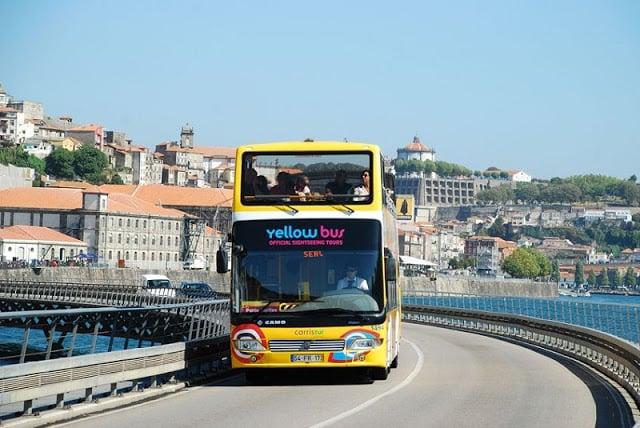 Passeio de ônibus turístico no Porto
