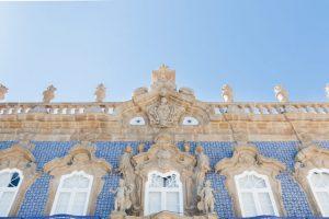 Detalhes da fachada do Palácio do Raio