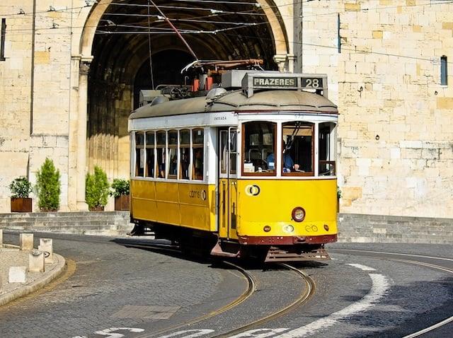 Elétrico 28 na frente da Sé de Lisboa