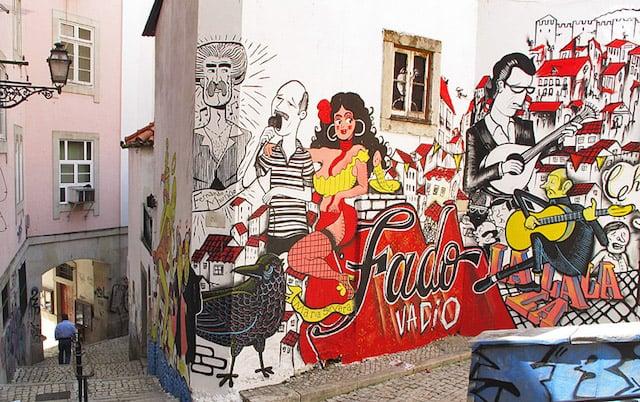 Ruas típicas de Lisboa com grafite de fado