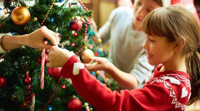 Família montando a árvore de Natal