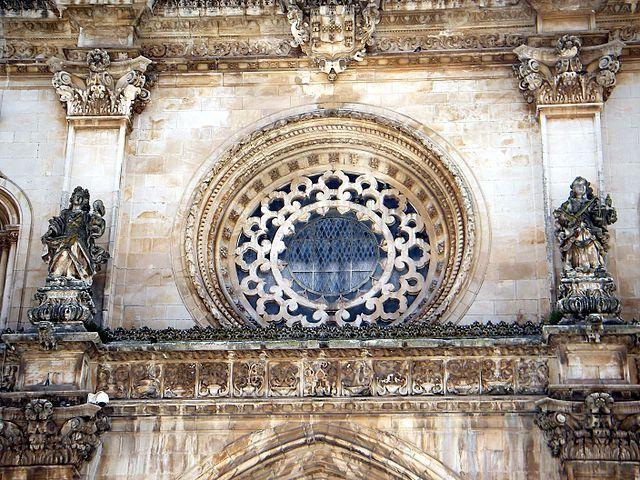 Estátua de São Bento e a de São Bernardo na fachada