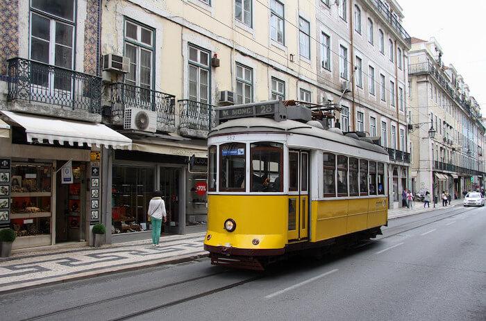 Passeio no Elétrico 28 ou no Elétrico Vermelho em Lisboa?