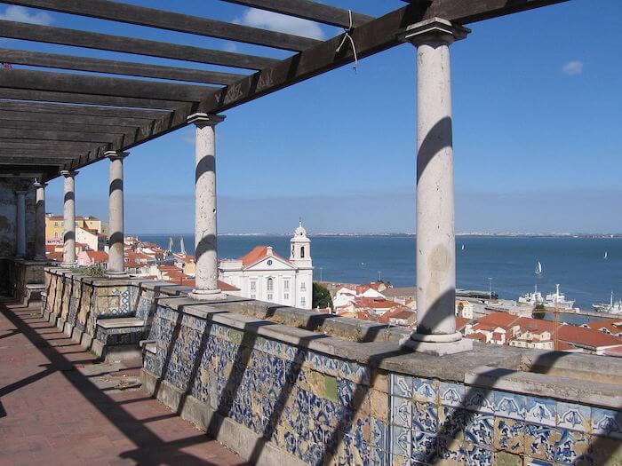Azulejos do Miradouro de Santa Luzia em Lisboa