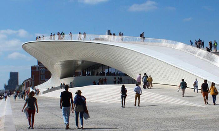 Museu MAAT em Lisboa - pessoas ao lado do museu