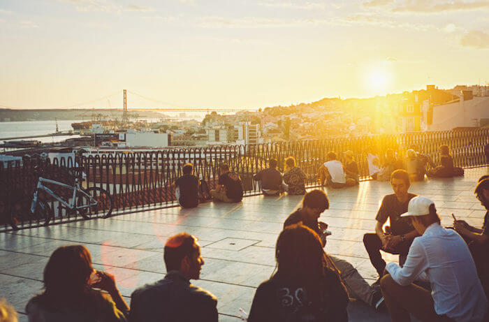 Pôr-do-sol no Miradouro de Santa Catarina em Lisboa
