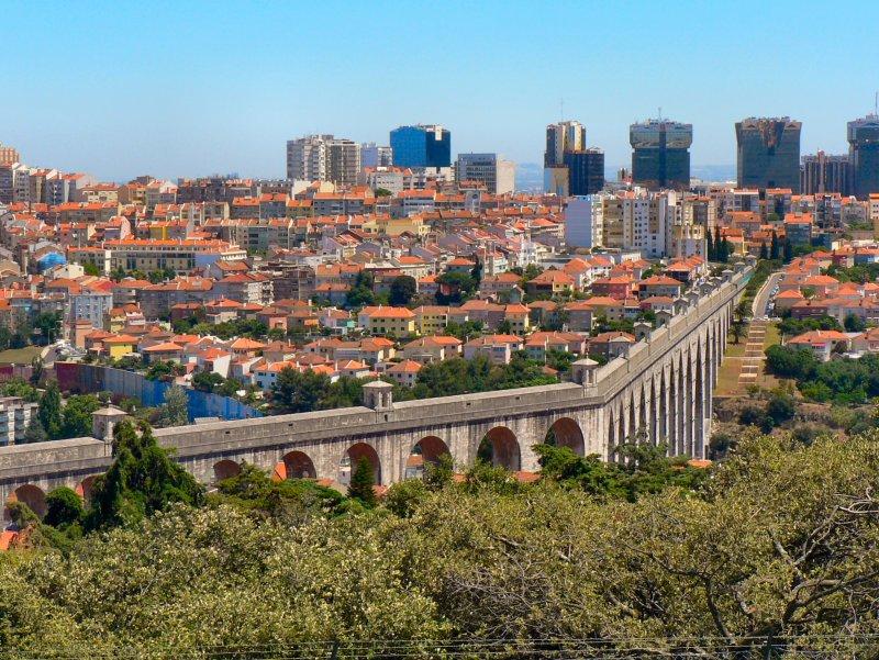 Aqueduto das Águas Livres visto de longe em Lisboa