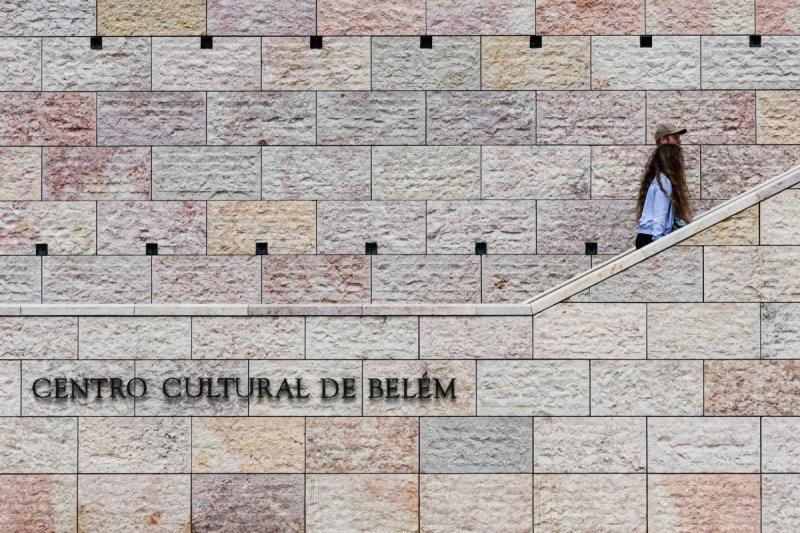 Visitantes chegando ao Centro Cultural de Belém em Lisboa