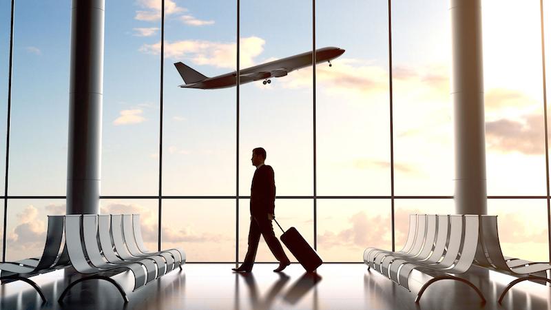 Aeroporto, viajante e avião